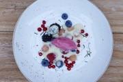 Blandade Österlenbär med vaniljkräm och hallonyoghurtglass.