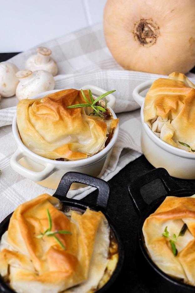 Beef pot pies med pumpa & svamp toppad med frasig filodeg