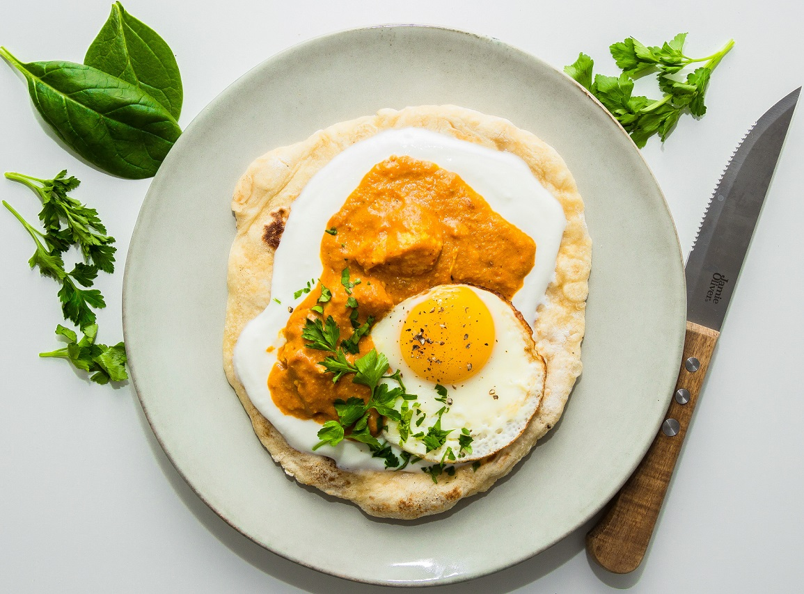 Indisk kycklinggryta med garam masala och saffran på naanbröd med yoghurt & stekt ägg