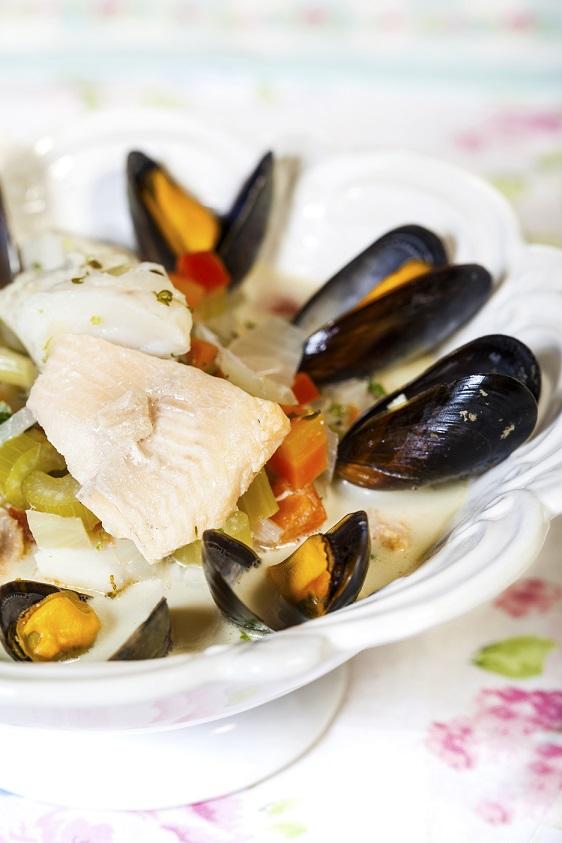 Fisksoppa med blåmusslor, torsk och röding