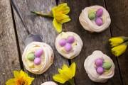 Fågelbo Pavlova med vaniljkräm & ägg