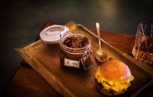Bulleit Bourbon lanserar baconsylt tillsammans med populära hamburgerrestaurangen Lådan