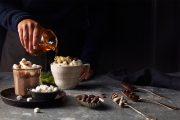 Omfamna höstmörkret med varm choklad, sötsyrlig curd och frasiga våfflor