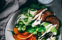 Veganska biffar med färgsprakande sallad och cashew sourcream